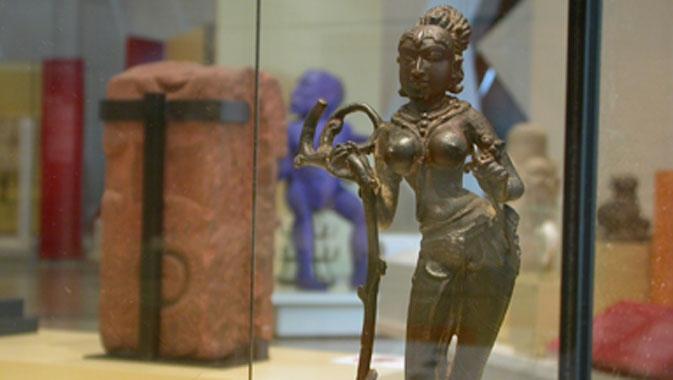 Yakshi, Karnataka et Deccan, Inde. Alliage de cuivre, époque Chalukya, VIIIe-IXe siècles