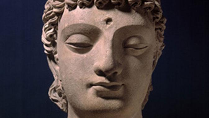 Tête de boddhisattva (détail), plâtre sculpté, époque des kushanas, Pakistan, IVe-Ve siècles
