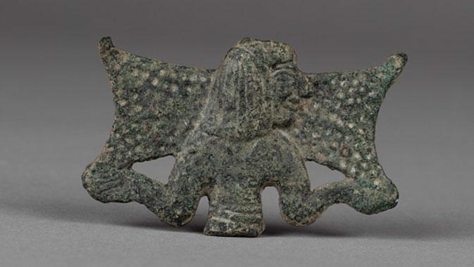 Rare bas-relief en bronze représentant un homme transportant un lingot de cuivre de grande dimension