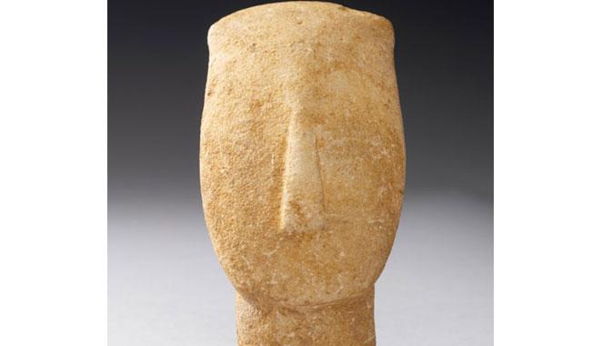 La culture cycladique du néolithique se distingue par ses figurines féminines schématiques, façonnées dans le marbre blanc de ces îles à l'aide d'outils en pierre, bien avant l'introduction du métal.