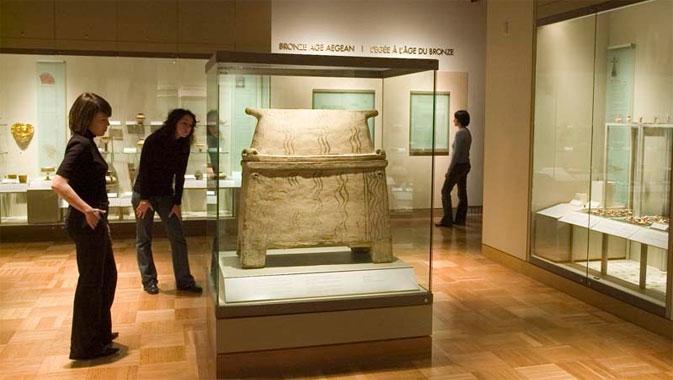En plein cœur de la galerie, ce superbe larnax (sarcophage) du XIIe siècle av. J.-C. est un produit de la civilisation minoenne, en Crète.