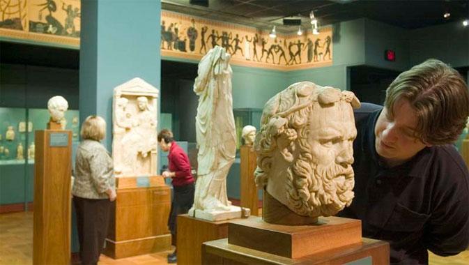 Plus de 1 500 objets illustrent l'évolution de la civilisation grecque depuis les époques archaïque et classique.