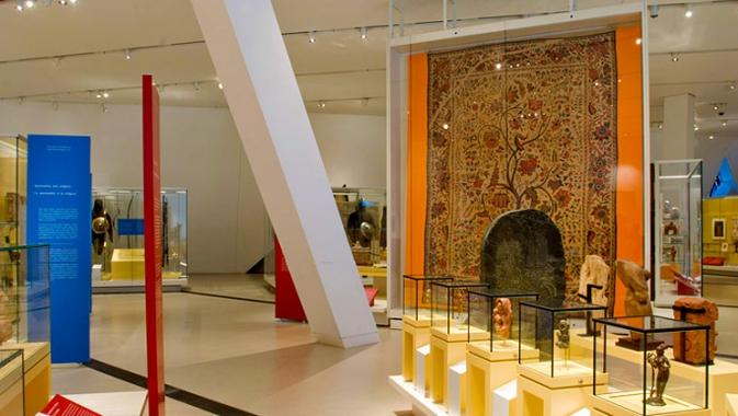 La plus grande vitrine permanente du ROM contient des textiles fragiles d'Asie du Sud