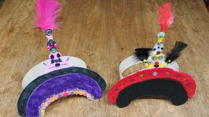 Deux chapeaux impériaux faits par des élèves