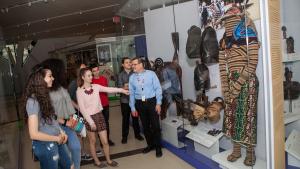 Élèves et enseignant devant la vitrine d'objets africains