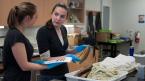 Deux femmes examinant un poisson lors d'un atelier