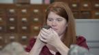Kim Tait examine la météorite dans la salle des collections