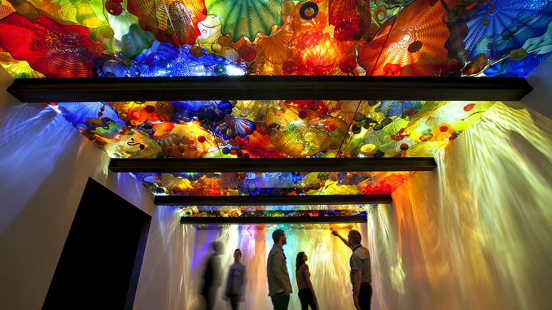 Glass ceiling covered in sculptures created by Dale Chihuly.