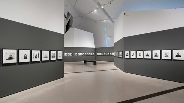 Vue de l'exposition Recueillement et mémorial. Photo : Brian Boyle au Musée royal de l'Ontario. Tous droits réservés