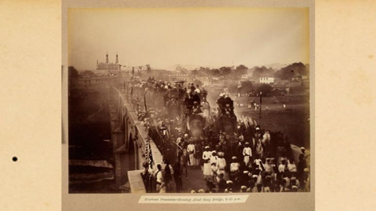 Défilé d'éléphants [à l'occasion de la visite du duc de Connaught] traversant le pont d'Afzul Gunj, 24 janvier 1889, 18 h 15. Épreuve à l'albumine. Hyderabad (Andhra Pradesh), Inde