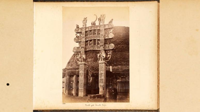 Porte nord du grand stupa de Sanchi, 1883. Raja Deen Dayal. Épreuve à l'albumine