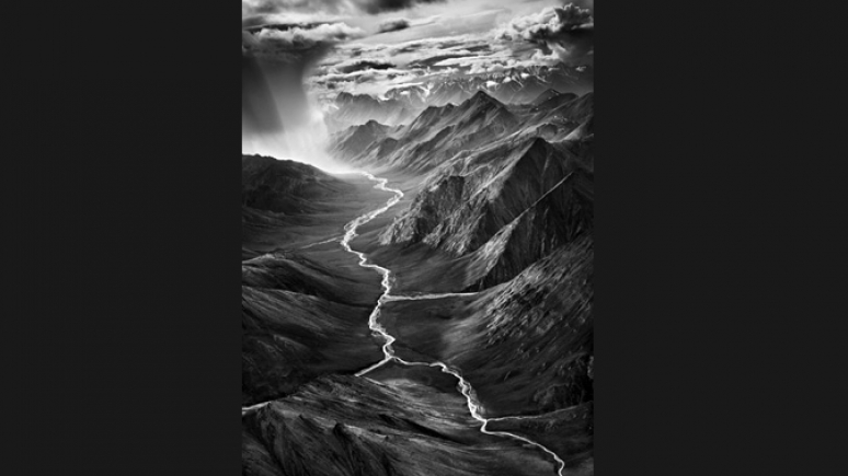 La partie est de la chaîne Brooks, qui s'élève à plus de 3 000 mètres d'altitude. Refuge national de la vie sauvage de l'Arctique. Alaska, États-Unis. 2009. © Sebastião Salgado. Avec l'aimable autorisation d'Amazonas images
