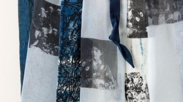 Gros plan d'un tissu bleu (Yvonne Wakabayashi).