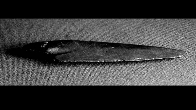 A pointed arrowhead.