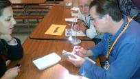 Personnel du ROM examinant des spécimens lors d'un atelier d'identification