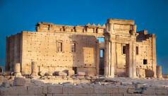 Ruines ocres et ciel bleu
